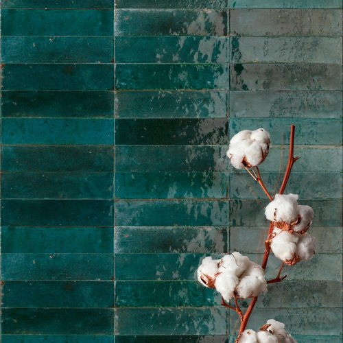 Majolica-effect porcelain stoneware for cheerful, vintage interiors: Lume