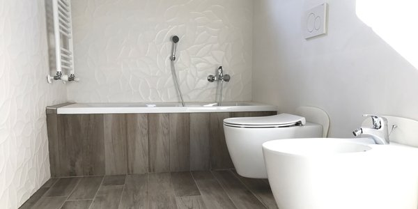 The warmth of wood-effect stoneware meets the innovation of slimline 3D wall coverings