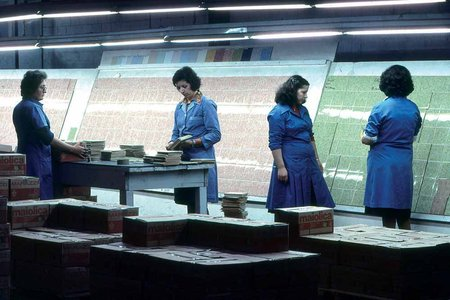The Marazzi grade sorting ladies photographed by Berengo Gardin in 1977