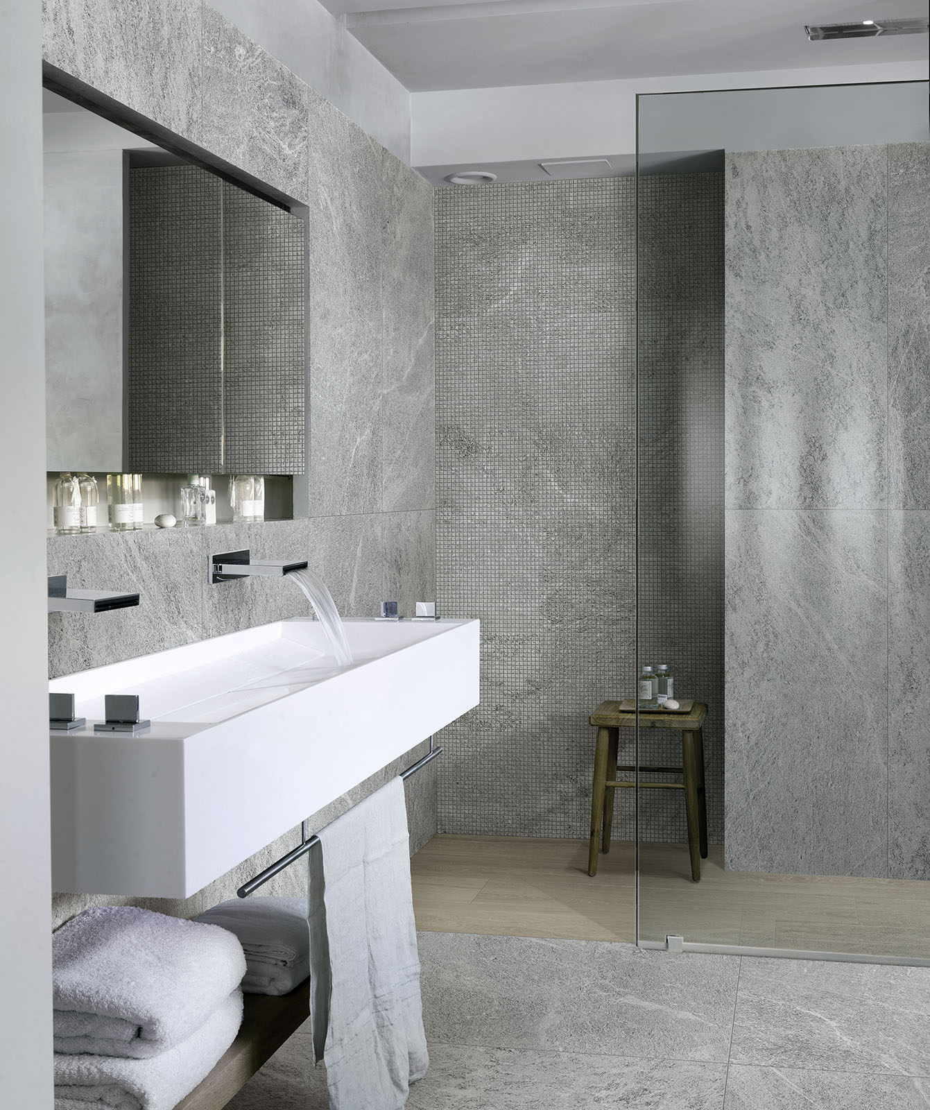 Bathroom flooring ceramic and porcelain stoneware marazzi for Salle de bain carrelage blanc mur gris